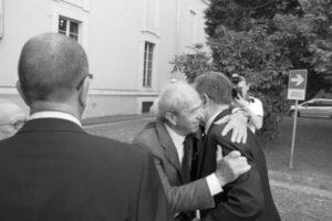 ganapini abbraccia Romano Prodi
