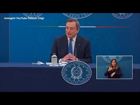 Draghi: «Lo stop ad AstraZeneca per 'interessi tedeschi'?». Il premier ironico sgrana gli occhi