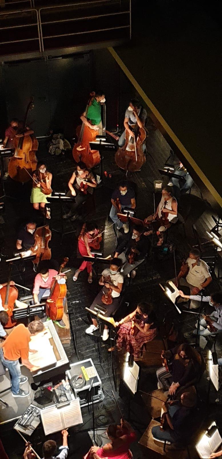 Orchestra in buca al Regio di Parma nel Ballo in maschera diretto da Roberto Abbado